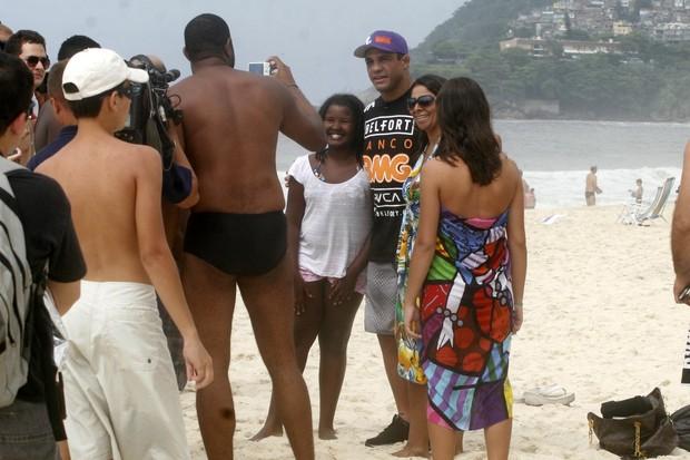 Vitor Belfort com fãs no RJ (Foto: Edson Teófilo/Photorio News)