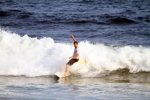 Rodrigo Hilbert surfa na Prainha, na Zona Oeste do Rio (Foto: Delson Silva/ Ag. News)