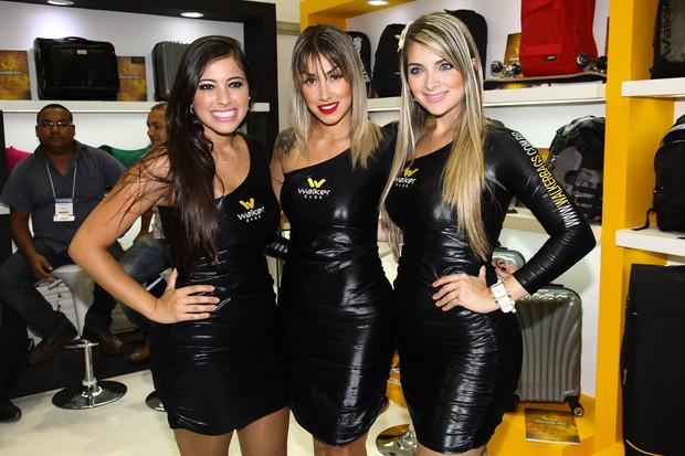 Dani Bolina posa com as modelos em evento de feira de calçados (Foto: Manuela Scarpa / Photo Rio News)