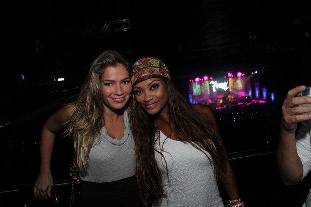 As ex-BBB Fani e Jaqueline no show do O Rappa no Rio (Foto: Anderson Borde/ Ag. News)
