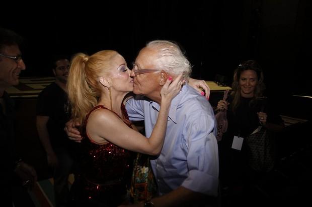 Danielle Winits ganha beijo de Ney Latorraca após sessão especial de 'Xanadu' no Rio (Foto: Felipe Panfili e Felipe Assumpção/ Ag. News)
