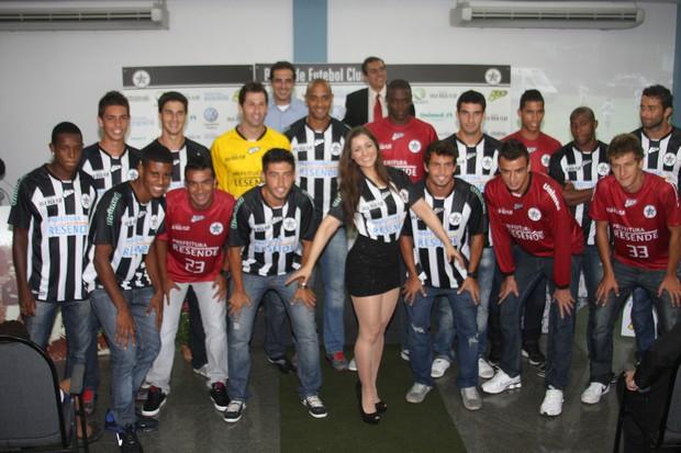 Nana Gouvêa com o time do Resende para a temporada 2012 (Foto: Divulgação)
