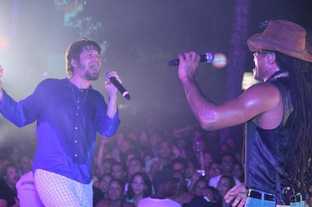 Saulo Fernandes, da Banda Eva, e Carlinhos Brown em show em Salvador, na Bahia (Foto: Fred Pontes/ Divulgação)