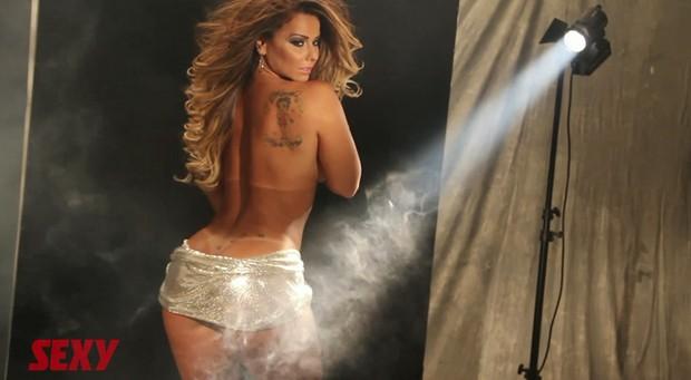 Bastidores do ensaio de Viviane Araújo para a revista 'Sexy' (Foto: YouTube / Reprodução)