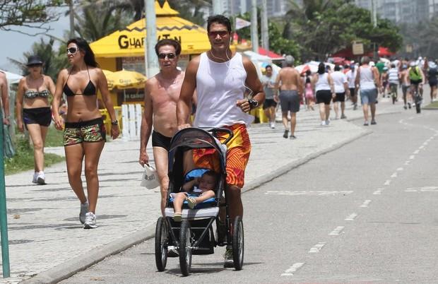 Rafael Calomeni e o filho na orla (Foto: Jeferson Ribeiro / Ag News)