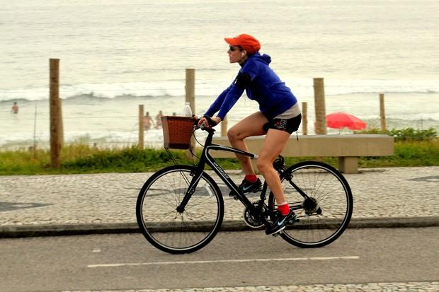 Christiane Torloni pedala na orla da Barra da Tijuca, no Rio (Foto: Marcos Ferreira / PhotoRioNews)