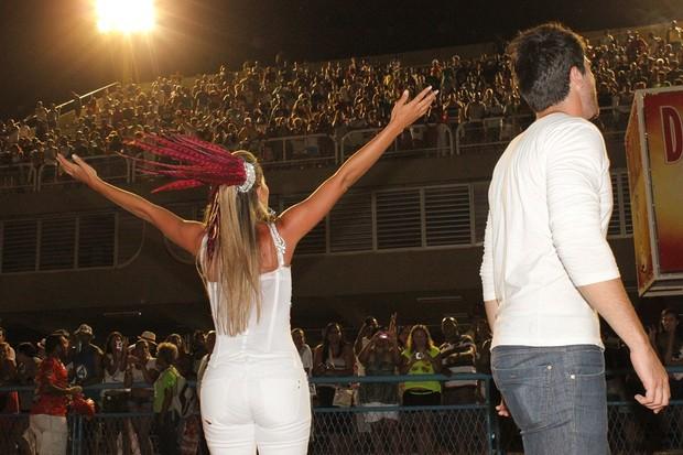 Adriana cumprimenta o público da Sapucaí (Foto: Binho Dutra/Divulgação)