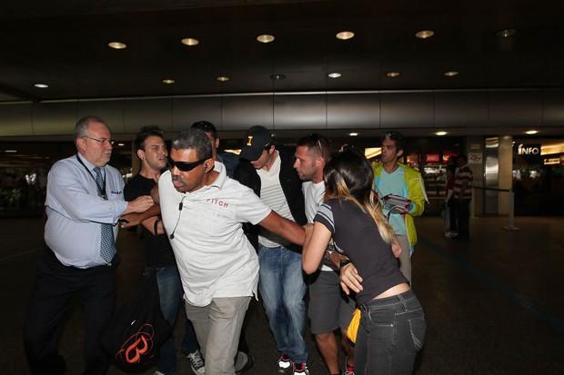 Fã é empurrada ao tentar se aproximar de Ashton Kutcher (Foto: Manuela Scarpa/Photo Rio News)