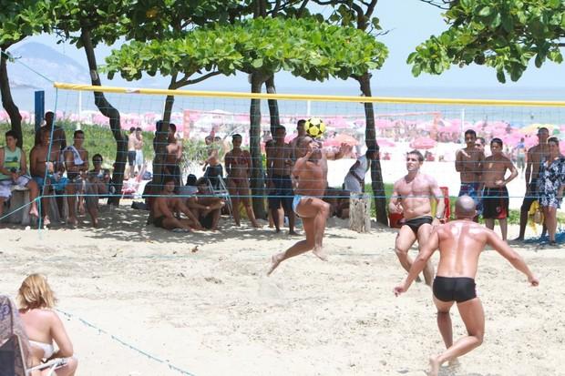 Romário joga futevolei em praia do Rio (Foto: Delson Silva/Ag News)