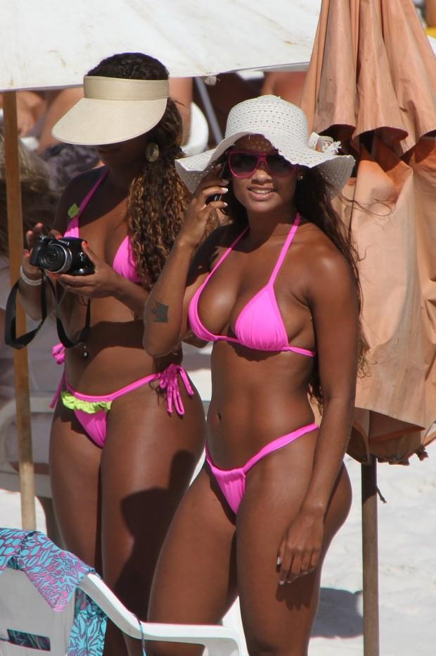 A ex-BBB Jaqueline curte praia em Cabo Frio (Foto: Clayton Militão / Photo Rio News)