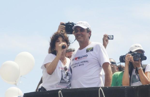 Lady Francisco participa de protesto em defesa dos animais na praia de Copacabana (Foto: Wagner Carvalho/Divulgação)
