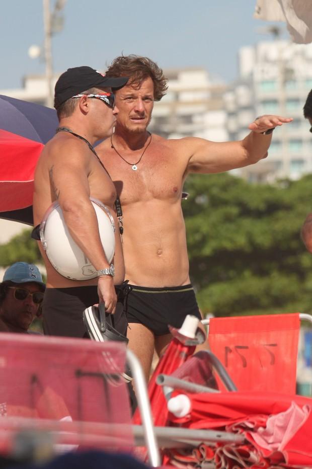 Marcello Novaes curte praia da Barra (Foto: Marcos Ferreira / Photo Rio News)
