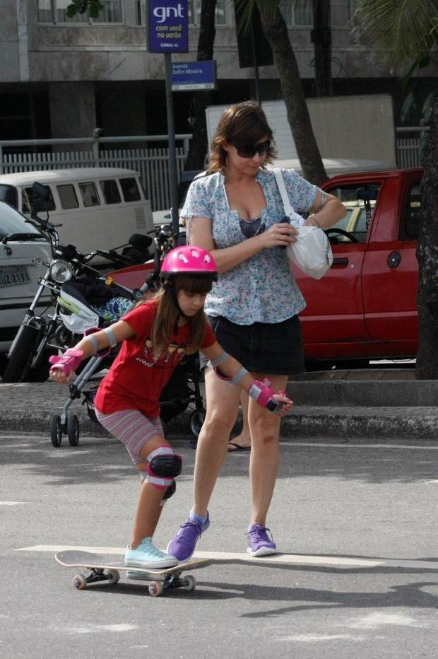 Maria Paula passeia com os filhos na orla do Leblon, no Rio (Foto: J. Humberto / AgNews)