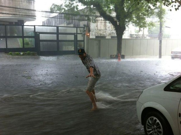 Ashton Kutcher na chuva (Foto: Reprodução/Facebook)