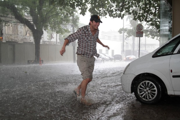 Ashton Kutcher na chuva de SP (Foto: Dilson Silva e Orlando Oliveira/Agnews)