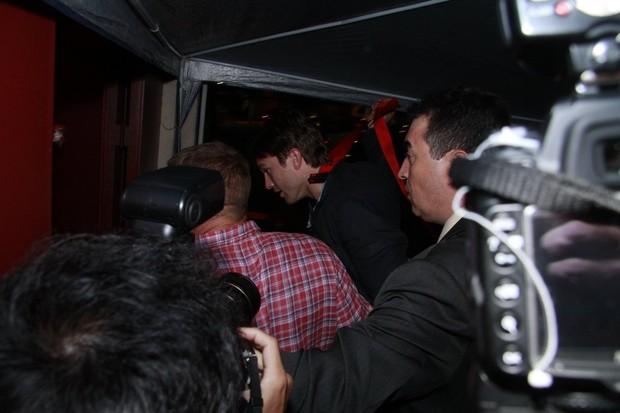 Ashton Kutcher em boate em São Paulo (Foto: Isac Luz/ EGO)