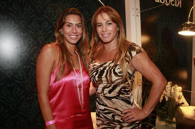 Débora Rodrigues com a filha Jaqueline (Foto: Isac Luz / EGO)