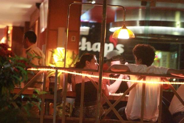 Caio Castro e Giovanna Lancellotti em restaurante na Barra da Tijuca, Zona Oeste do Rio (Foto: Delson Silva/ Ag. News)