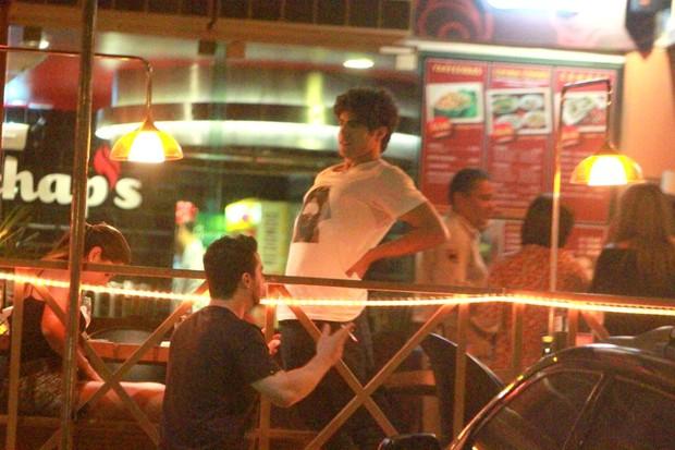 Caio Castro em restaurante na Barra da Tijuca, Zona Oeste do Rio (Foto: Delson Silva/ Ag. News)