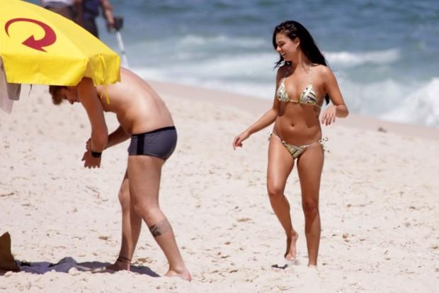 Ísis Valverde curte praia com o namorado e o cachorrinho (Foto: Adilson Lucas e Fábio Martins / AgNews)