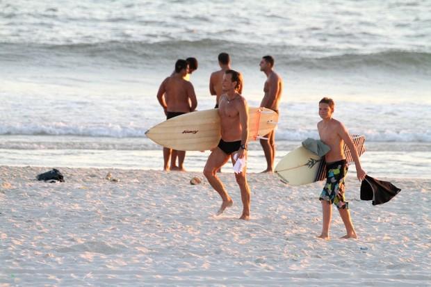 Marcello Novaes com o filho na praia da Barra (Foto: Delson Silva / Ag News)