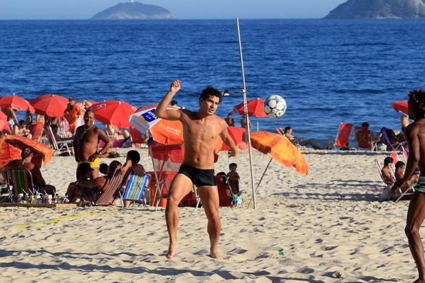 Thiago Martins joga na praia com os amigos (Foto: Wallace Barbosa / AgNews)
