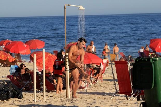 Thiago Martins toma chuveirada na praia (Foto: Wallace Barbosa / AgNews)