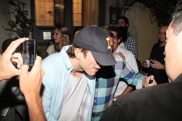Ashton Kutcher deixa boate em São Paulo (Foto: Dilson Silva e Philippe Lima/ Ag. News)