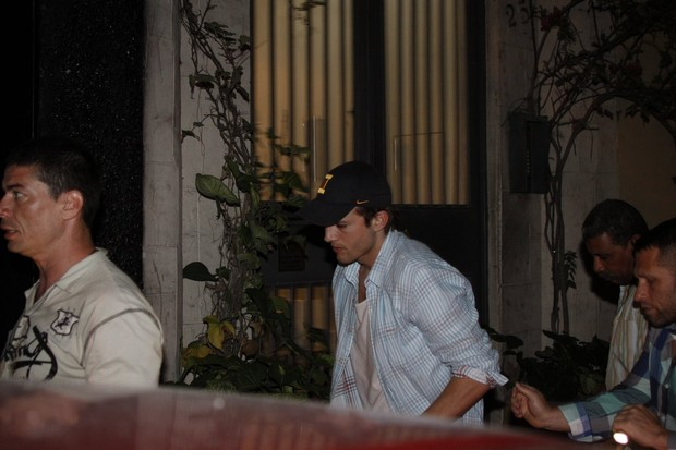 Ashton Kutcher em balada em São Paulo (Foto: Dilson Silva e Orlando Oliveira/ Ag. News)