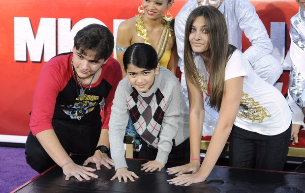 Filhos de Michael Jackson em homenagem ao pai (Foto: Agência/Reuters)