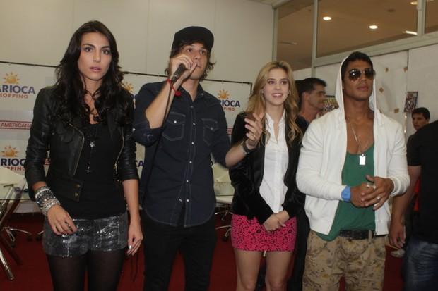 """Elenco de """"Rebeldes"""" autografa cds em shopping carioca (Foto: Fabio Martins / AgNews)"""