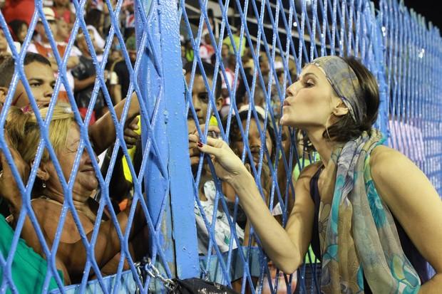 Deborah Secco atende o público no ensaio técnico da União da Ilha (Foto: Photo Rio News/ Raphael Mesquita)