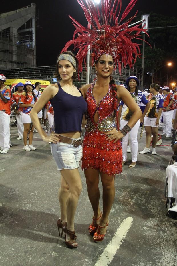 Deborah Secco e Bruna Bruno: atriz posa com a rainha de bateria da União da Ilha (Foto: Ag.News/Anderson Borde)