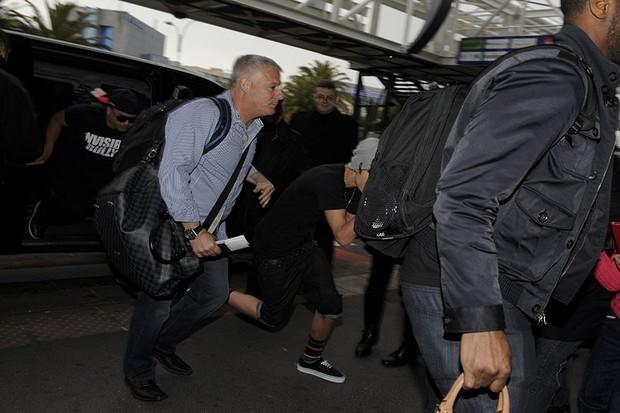 Justin Bieber no aeroporto de Nice, França (Foto: Honopix)