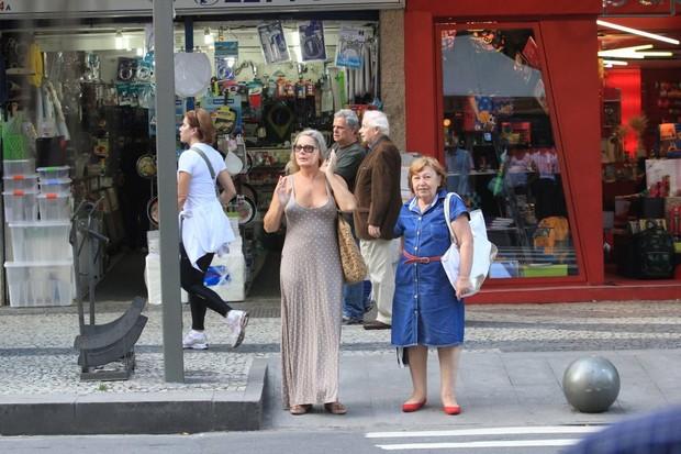 Vera Fischer passeia pelo Leblon, no Rio (Foto: Wallace Barbosa / AgNews)