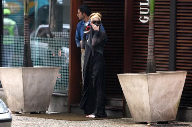 Danielle Winits sai de restaurante e cobre o rosto ao ver fotógrafo (Foto: Gil Rodrigues / Photo Rio News)