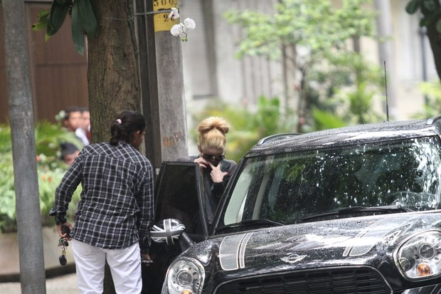 Danielle Winits sai do hospital (Foto: Wallace Barbosa / AgNews)