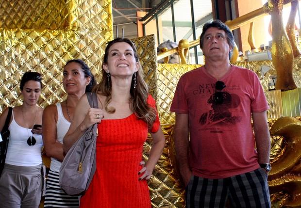 Totia Meireles, Adriana Garambone e Eduardo Galvão visitam barracão da São Clemente (Foto: Henrique Oliveira / Photo Rio News)