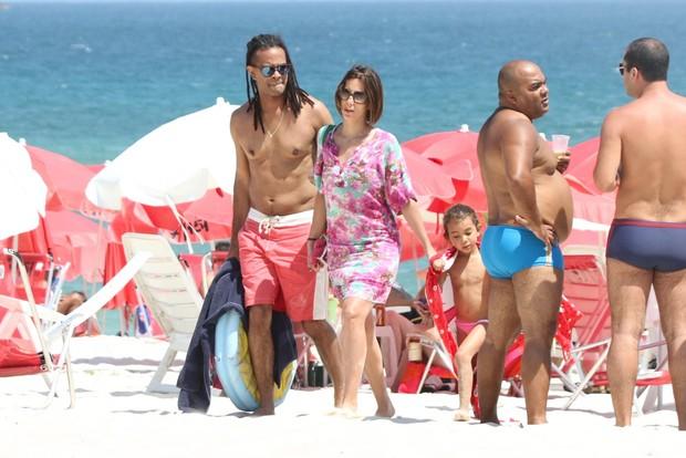 Tania Khalill vai a praia com a família