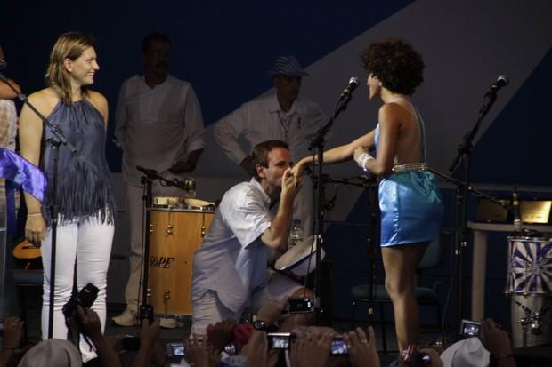 Prefeito do Rio Eduardo Paes beija a mão de Sheron Menezzes (Foto: Philippe Lima/ Agnews)