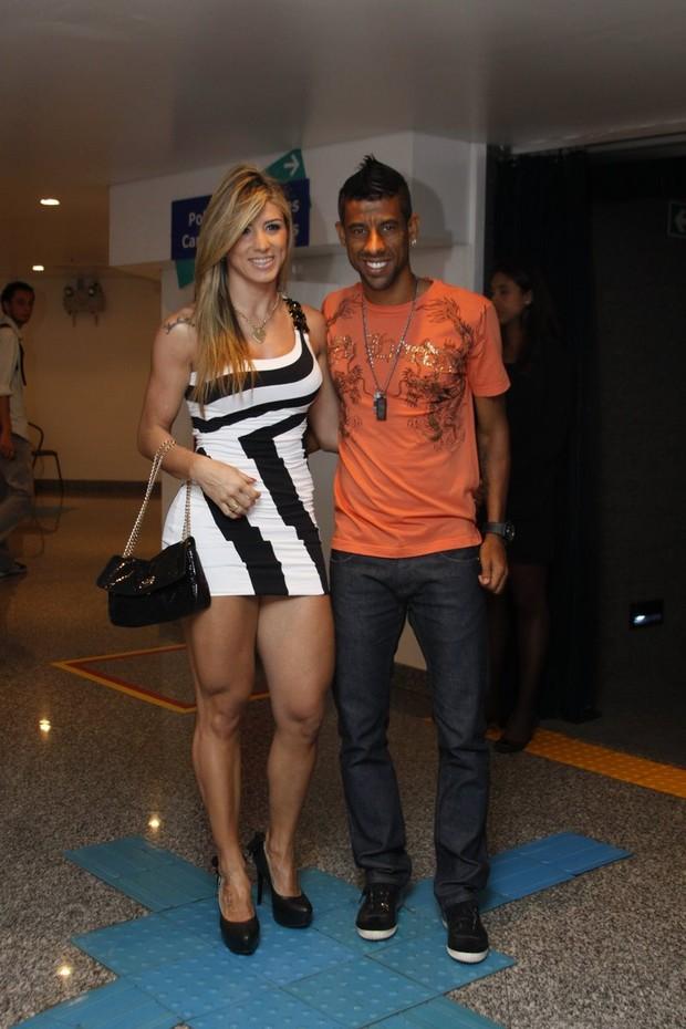 Léo Moura leva a mulher ao show do Grupo Revelação (Foto: Felipe Assumpção/Ag. News)