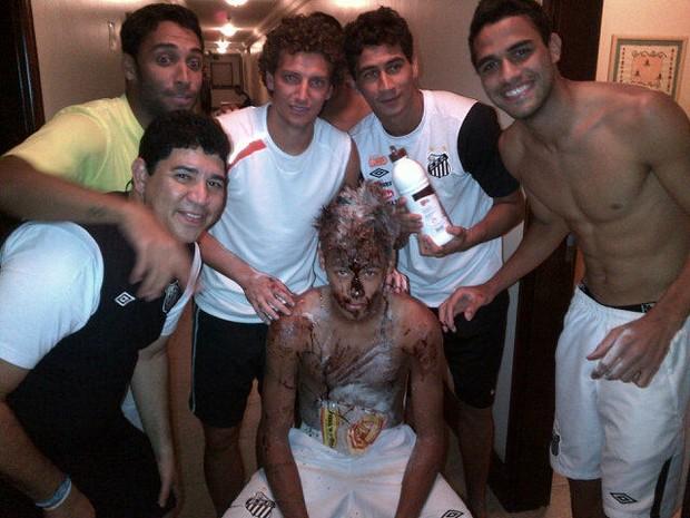 Neymar gem comemoração de aniversário (Foto: Reprodução/Twitter)