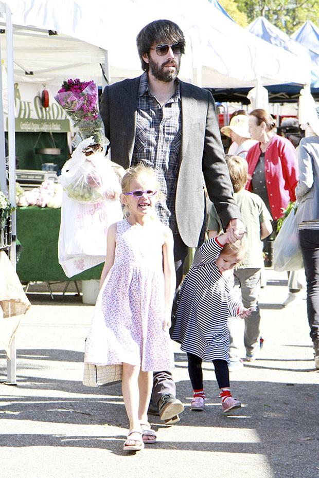 Ben Affleck leva suas filhas Violet e Seraphina ao Farmers Market, na Califórnia (Foto: Honopix)