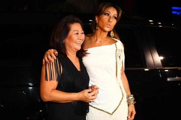 Sabrina Sato com a mãe Dona Kika comemora aniversário em boate em São Paulo (Foto: Iwi Onodera/ EGO)