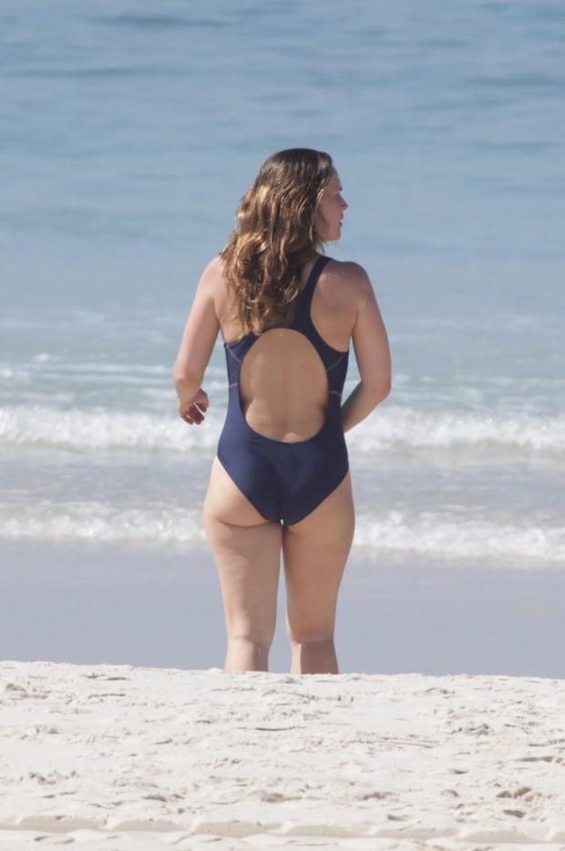 Vanessa Lóes na praia da Barra (Foto: Adilson Lucas / AgNews)