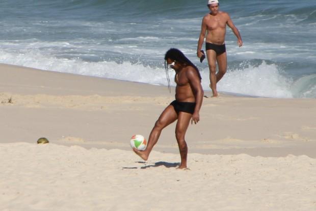 Falcao na praia no Rio (Foto: Clayton Militão/Photorio News)