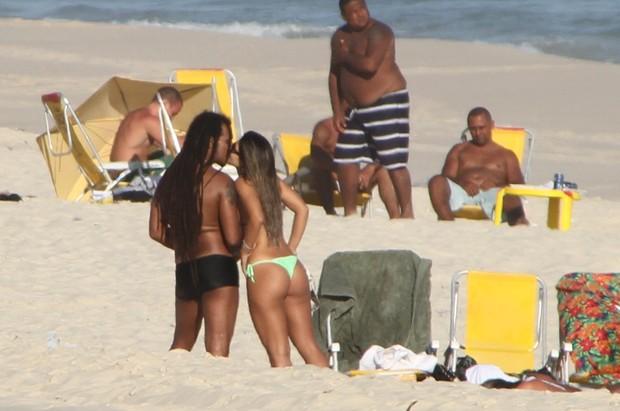 Marcelo Falcão curte praia no Rio com a namorada (Foto: Clayton Militão/Photorio News)