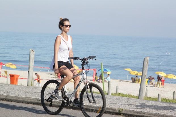 Juliana Didone pedala na orla da Barra da Tijuca - RJ (Foto: Fábio Martins / AgNews)