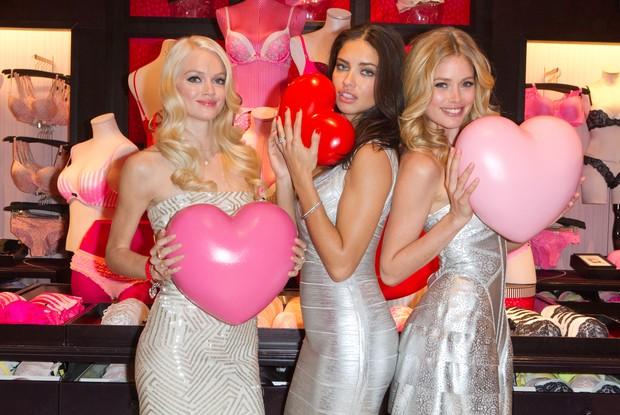 Lindsay Ellingson, Adriana Lima e Doutzen Kroes em loja da Victoria's Secret em Nova York, nos EUA (Foto: Getty Images/ Agência)