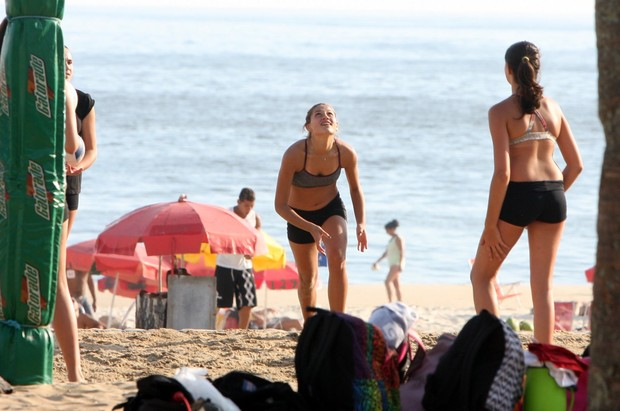 Sasha joga vôlei na praia com as amigas (Foto: Gil Rodrigues / Photo Rio News)